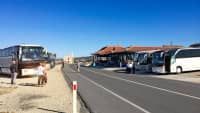 Die Reisebusse von verschiedenen Billigreisen Anbietern sammeln sich zur großen Mittagspause