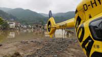 Ein ADAC Helikopter steht im Katastrophengebiet