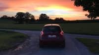 roter Renault Zoe steht auf Feldweg
