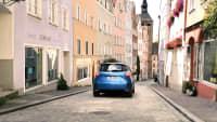 Ein blauer Renault Zoe fährt in der Altstadt von Landsberg am Lech