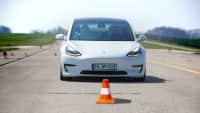 weisser Tesla Model 3 beim Bremstest auf dem ADAC-Testgelaende