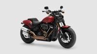 Eine rote Harley Davidson Fat Bob seitlich frontal auf weiss