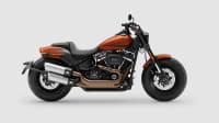 Eine rote Harley Davidson Fat Bob 2017 von der Seite