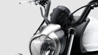 eine weisses Kawasaki Vulcan S Motorrad im Studio
