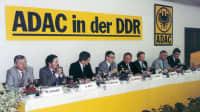 Viele Männer sitzen hinter einem langen Tisch bei der Gründung des ADAC in der DDR