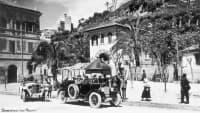 Die historische Aufnahme eines Autos auf einer Strasse in Italien in den 20ern.