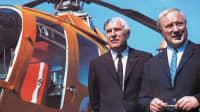 Zwei Männer stehen an einem Hubschrauber