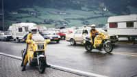 Zwei Stauberater fahren mit ihren Motorrädern in einem Stau auf der Autobahn