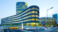 Die ADAC Zentrale in München beleuchtet in der Dämmerung