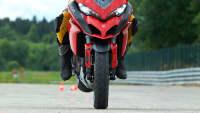 Hinterrad eines Motorrads in der Luft