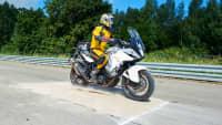 Motorradfahrer bremst auf Sand