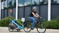 ADAC Test und Technik Mitarbeiter Michael Peukert auf dem Fahrrad mit Anhänger bei den Vorbereitungen zum Crashtest Kindertransport