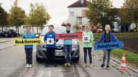 Kinder bei der Verkehrserziehung halten Schilder in der Hand