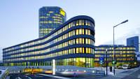 Die Zentrale des ADAC in München in der blauen Stunde