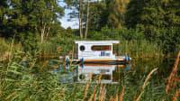Das Hausboot von der Seite, wie es die Havel entlangfährt