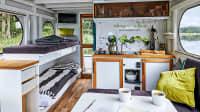 Der Wohn-, Koch- und Essbereich des Hausboots