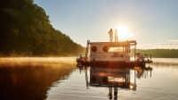 Ein Hausboot auf der Havel im Sonnenuntergang