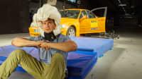 Ausgelöster Airbag-Helm Hövding 3 an einem Stuntman