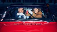 Harald Krassnitzer und Adele Neuhauser untersuchen einen Wunderbaum hinter der Frontscheibe eines roten Ford Mustangs BJ 1966