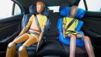 Zwei Dummys in Kindersitzen auf dem Rücksitz