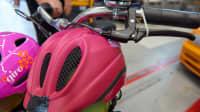 """Beim Lastenrad """"Long John"""" beeinträchtigen das Lenkrad den Kopf der Kinder im Gepäckkasten"""