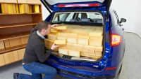 Ein Kofferraum wird ausgelitert, das heisst die Größe des Kofferraums wird bestimmt