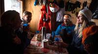 Gemeinsamer Tee und aufwärmen in der Hütte