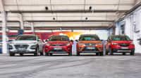 Vier SUV nebeneinander von Opel, Seat, Kia und Hyundai