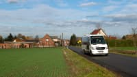 Kleinbus fährt auf einer Straße
