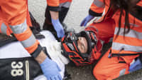 1. Schritt nach einem Motorradunfall: Überprüfen Sie, ob das Unfallopfer auf Ansprache reagiert