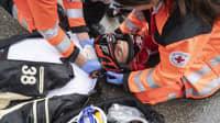 3. Schritt nach einem Motorradunfall: Versuchen Sie den Helm vorsichtig (!!!) vom Kopf abzuziehen