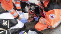4. Schritt nach einem Motorradunfall: Stabilisieren Sie den Kopf des Motorradfahrers
