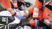 5. Schritt nach einem Motorradunfall: Entfernen Sie Halstücher etc. die die Atmung behindern könnten