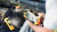 ADAC Pannenhelfer misst Batterie