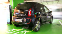 VW E-Up hängt in einer Tiefgarage an einer Ladesäule