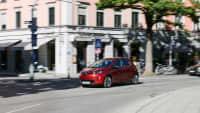 roter Renault Zoe fährt auf Strasse