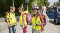 Schulkinder auf dem Gehweg