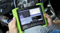 Mit einem Gerät wird der Tachostand des Autos manipuliert