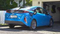 Heckansicht des Toyota Prius stehend
