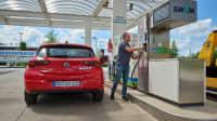 ADAC Redakteur Jochen Wieler betankt ein Auto mit Erdgas