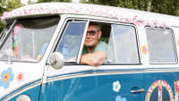 Holger Harras sitzt in seinem VW Bulli