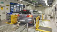 Ein grauer VW Golf 2.0 TDI auf dem Prüfstand zum Abgastest