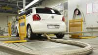 ein weißer VW Polo 1.2 TDI auf dem Prüfstand zum Abgastest