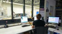 Mann am Computer des Prüfstandes beim VW Software Update Test