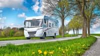 Wohnmobil Detleffs TRENd fährt vollbepackt durch schöne Landschaft