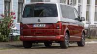 Ein VW Multivan steht vor einer Häuserfront