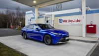 Ein Toyota steht an einer Wasserstoff Tankstelle