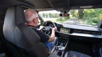 Motorwelt Redakteur Wolfgang Rudschies am Steuer des Audi e-tron Sportback