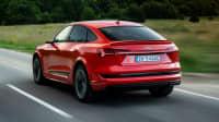 Audi e-tron Sportback fahrend auf einer Straße