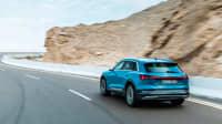 Audi e-tron fahrend von hinten